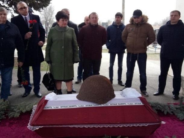 Останки ставропольского воина Великой Отечественной войны передали близким поисковики из Украины