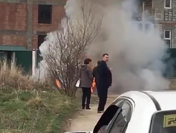 Полыхающая «легковушка» попала на видео в Кисловодске
