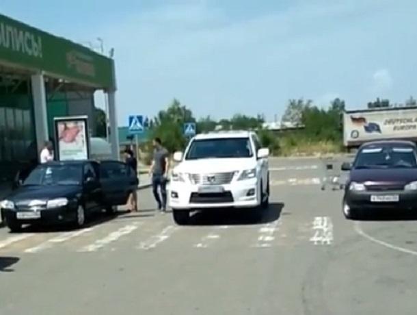 Автохам бросил внедорожник на «зебре» посреди дороги в Ставропольском крае