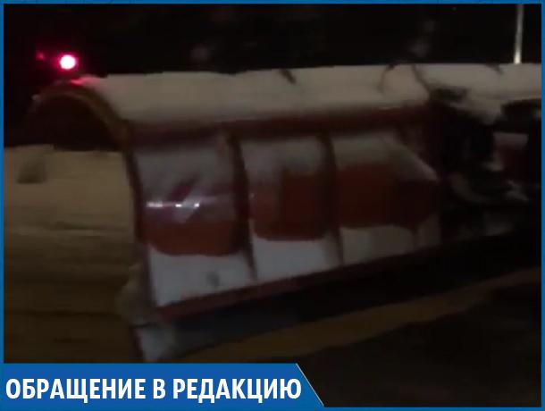 Ночью снегоуборочная техника ездила по занесенным дорогам с поднятой лопатой в Ставрополе, - очевидец