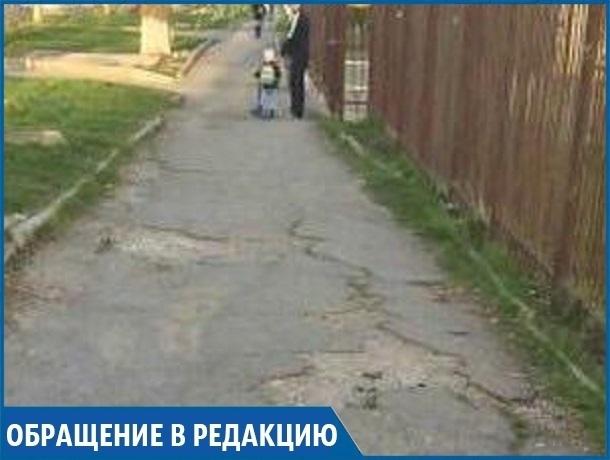 «И это творится уже 8 лет!» - ставропольчанка о разбитом тротуаре в 204 квартале