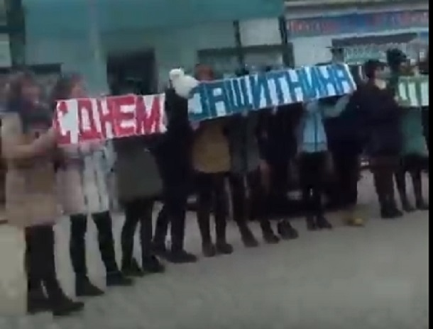 Трогательное поздравление водителям от девушек попало на видео на Ставрополье