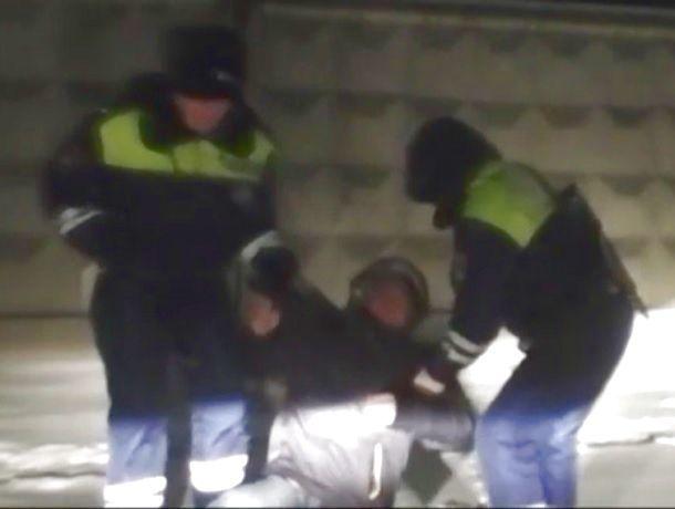 Лежавшего без сознания в снегу мужчину спас наряд ДПС на Ставрополье