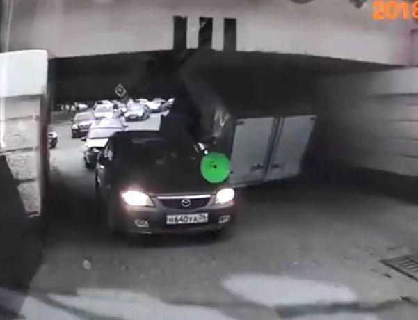 Момент въезда «Газели» под знаменитый Яшкин мост попал на видео в Пятигорске
