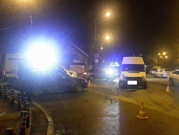 Маршрутка и «Шевроле-Лачетти» столкнулись в Ставрополе - один пассажир пострадал