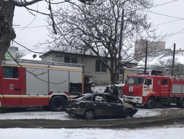 Машина сгорела в гараже частного дома в Ставрополе