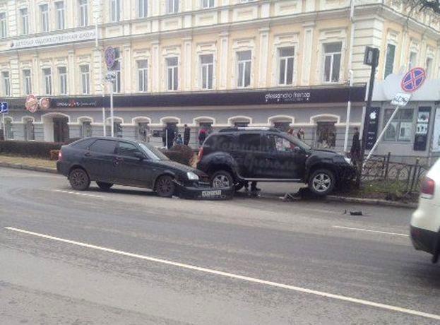 «Приора» и «Дастер» столкнулись и снесли ограждение возле ЦУМа в Ставрополе