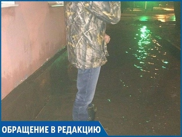 Забитая ливневка создает огромную лужу в центре Ставрополя