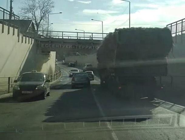 Навигаторы «заводят» фуры под непроходимый мост в Ессентуках
