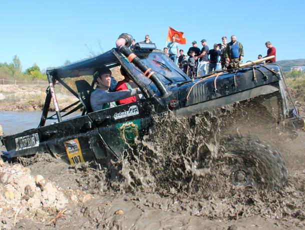 Овраги и холмы: самую сложную трассу преодолевают внедорожники в Кисловодске