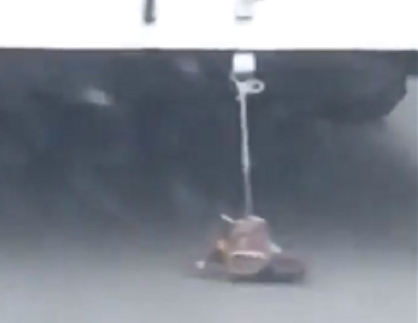 «Тест-драйв» женских туфлей на заднем бампере троллейбуса сняли на видео в Ставрополе
