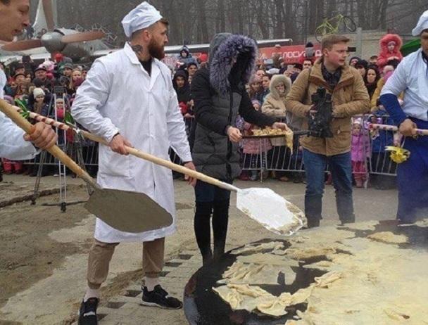 Гигантский блин с лопат снова попробовали жители Ставрополя