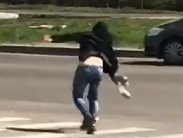 «Гуляй, шальная императрица!»: странная девушка с развязной походкой рассмешила жителей Ставрополя