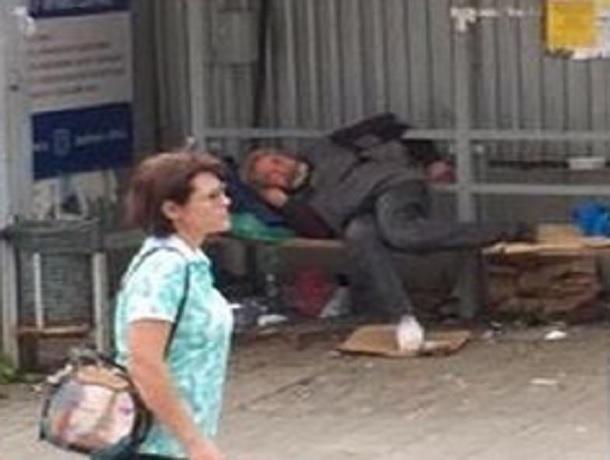 Бомжа с гниющей ногой потребовали убрать с остановки в центре Пятигорска местные жители