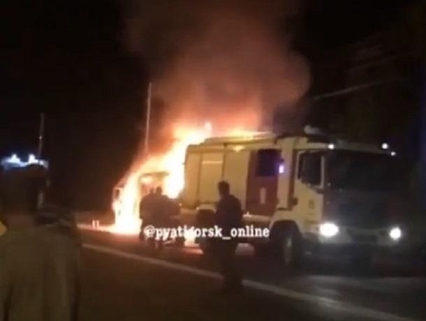 Момент взрыва микроавтобуса попал на видео в Пятигорске