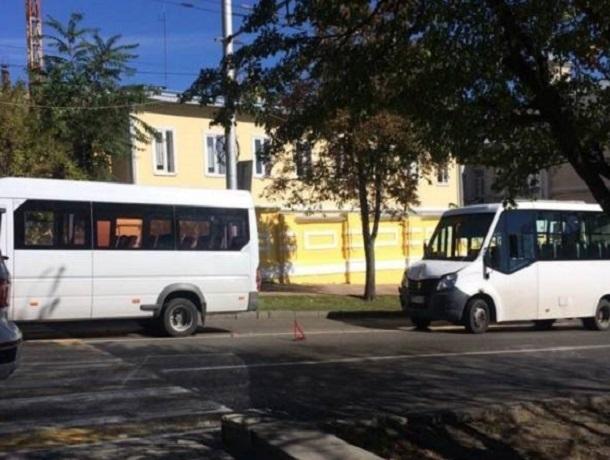 Две маршрутки с пассажирами побились в ДТП в Ставрополе — женщину увезла «скорая»