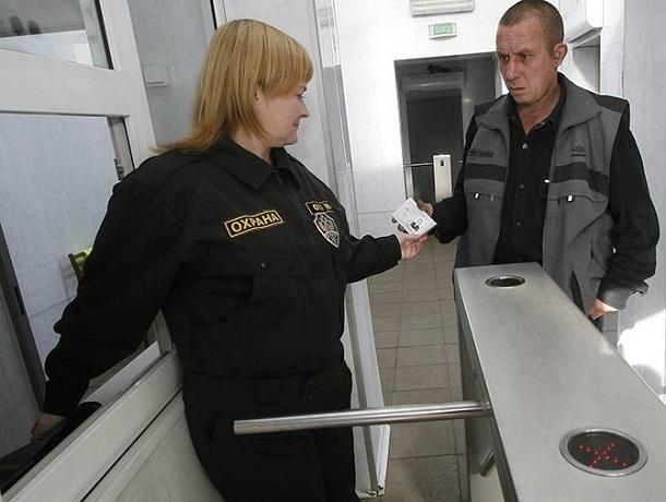 Женщина-охранник обезвредила неадекватного мужчину в детском саду в Ставрополе