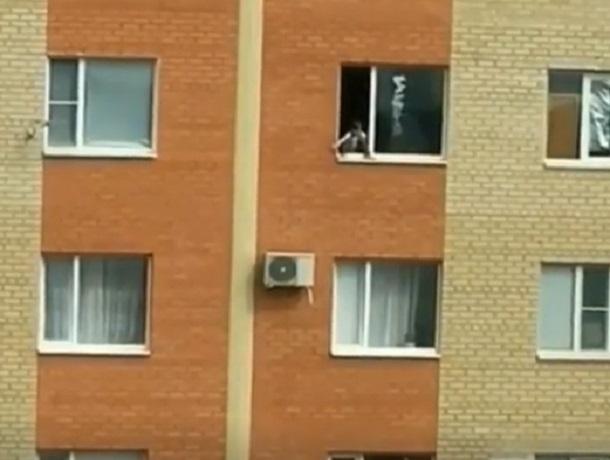 Экстремальные посиделки школьницы на окне 12 этажа попали на видео в Ставрополе