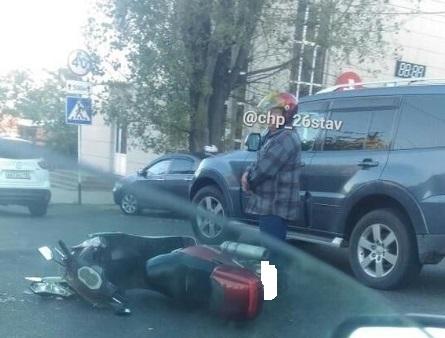 Пожилой скутерист столкнулся с легковушкой в Ставрополе