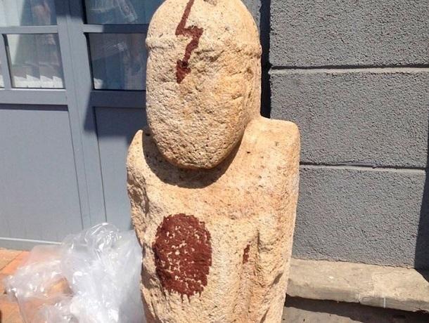 Изрисовавшего каменные фигуры на входе в музей хулигана поймали в Ставрополе