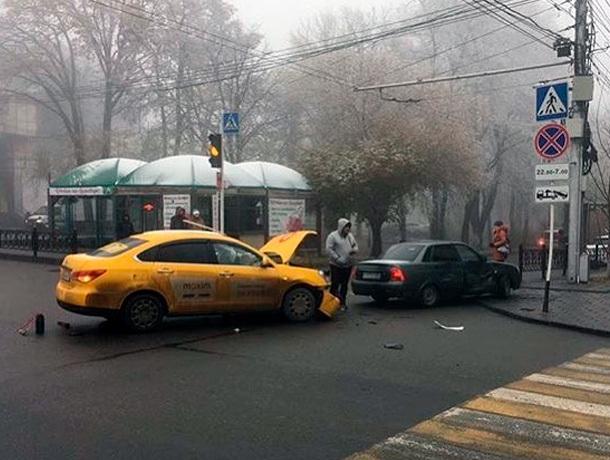 Автомобиль такси и «Приора» столкнулись на перекресте в центре Ставрополя