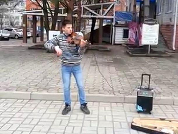 Пронзительный саундтрек из «Реквиема по мечте» исполнил скрипач на улице в Ставрополе