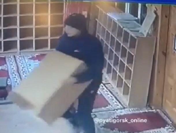 Неизвестный нагло украл из мечети ящик с пожертвованиями в Пятигорске