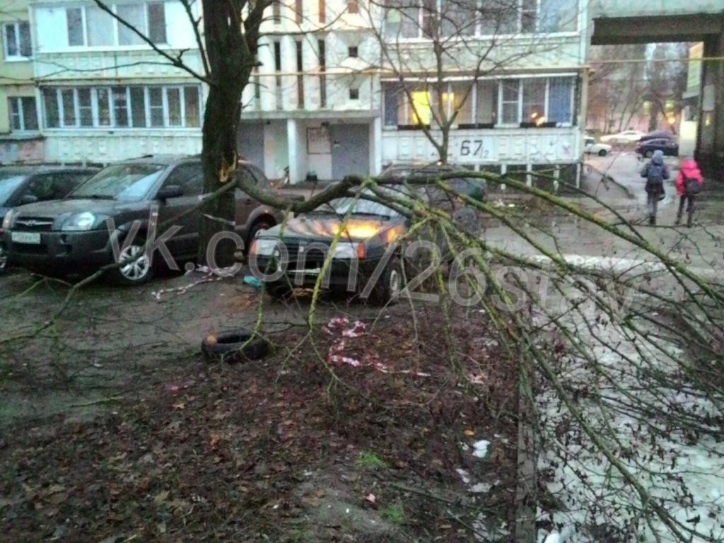 ВСтаврополе скрыши многоквартирного дома кирпичи упали намашину