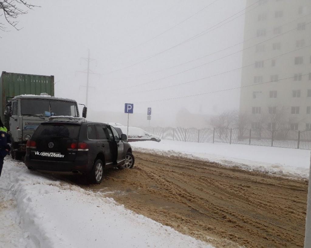 ВСтаврополе наулице Ленина иностранная машина врезалась в«КамАЗ», пострадали дети