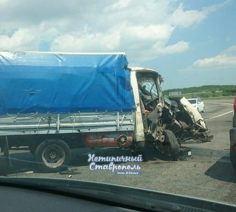 Под Ставрополем столкнулись пассажирский автобус игрузовая «Газель»